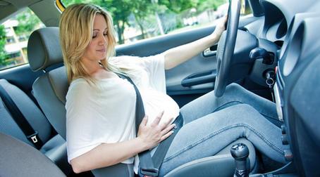 За рулем беременная женщина